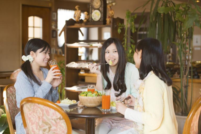 カフェで談笑をする女性